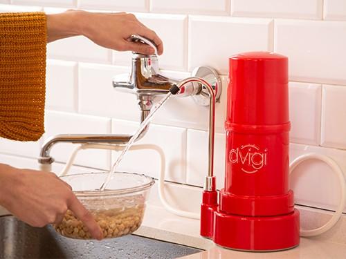 Purificador de agua Sobre Mesada Dvigi rojo + Botella térmica