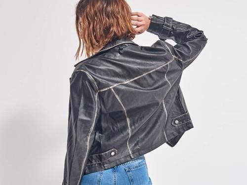 Jacket de eco cuero con detalles desgastados y cierres laterales