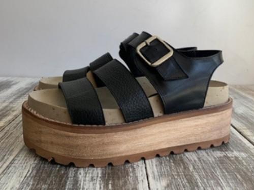 Sandalia sobre plataforma de madera con plataforma superconfort