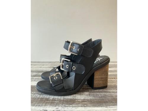 Sandalia de cuero negro y suela taco de 9 cm con hebillas  ojalillos.