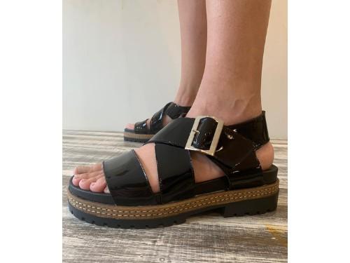 Sandalia de cuero con suela superconfort sobre base con suela rutera