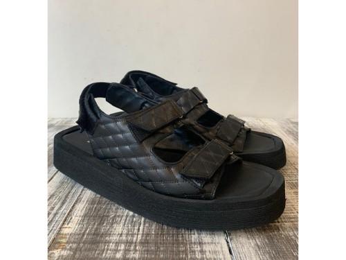 Sandalia de cuero con abrojos, con base de goma eva con punta cuadrada