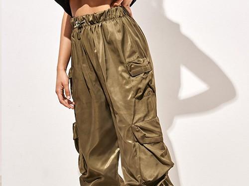 Pantalón tipo cargo. Tancas con elástico ajustables.