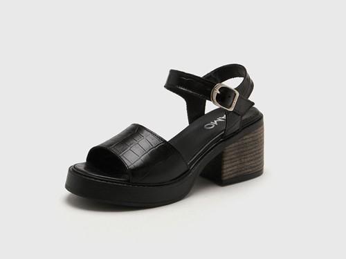 Sandalia de Cuero Negra Viamo