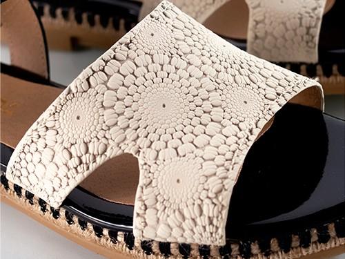 Sandalias bajas grabadas negras y natural Junin