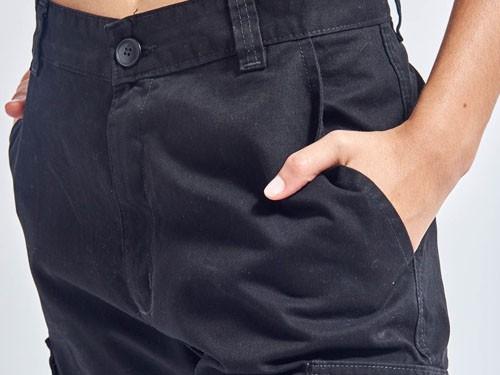 Pantalón cargo en gabardina esmerilada