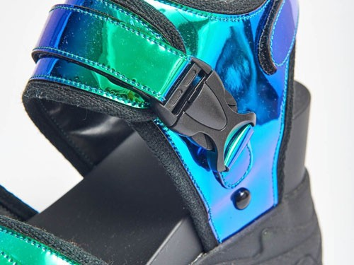 Sandalia holograma con base de zapatilla..