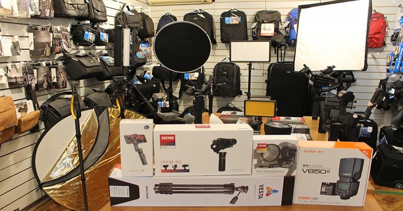 Estabilizadores, flashes, y trípodes cómo elegir tus accesorios de fotografía para celular y cámara profesional